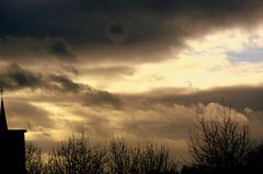 Terwijl  de  wind  toe neemt begint het  weer  een  depressief trekje te  gaan vertonen.21-12-12.45 #buienradar