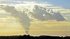Uitstoot van Broeikasgassen boven Antwerpen...gezien bij windstil weer vanuit Bergen op Zoom... #buienradar