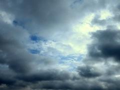 Het  gaat moeizaam  maar  af en toe komen  er  blauwe plekken  tussen  het grijs . 12-7 12.30 in West  Brabant. #buienradar