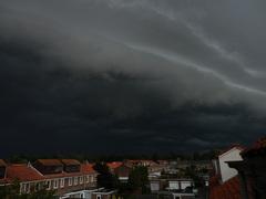 Shelfcloud met inktzwarte lucht boven Gouda - zaterdag 23 augustus 2014 - 08.47.36 uur #buienradar