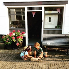 Lekker tafereeltje #kids #kapla #verantwoord #sloten #netalsdejordaanmaardananders #buitenspelen #zomer #hashtagsgalore