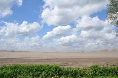 de horizon verdween achter een muur van opwaaiend zand #buienradar