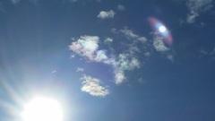 Zon met bijzon in een licht bewolkte lucht  #buienradar