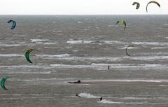 maasvlakte 2, Kitesurfing, deze jongens zijn blij met veel wind!  #buienradar