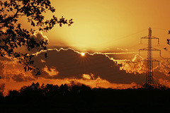 Het zonnetje piept nog even over de wolk heen bij de ondergaande zon in Maria Hoop zojuist #buienradar