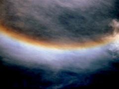 Bijna een omgekeerde regenboog rond de wolk. #buienradar