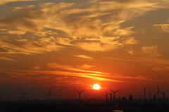 zonsondergang 21.25 uur boven de industrie van de Europoort, (ZH) #buienradar
