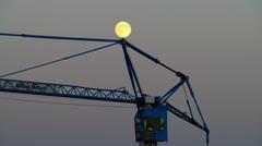 In Breda de volle maan balancerend gezien op een kraan ! #buienradar