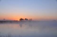 de opkomende zon lost de mistbanken verder op vanochtend in zuidoost Brabant #buienradar