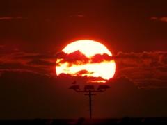 De zon  houdt  handen  voor  de ogen Hij  wil de  donkere wolken  die  aankomen  niet  zien. #buienradar