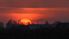 De zon komt op, en verdwijnt weer net zo snel om 8.46 uur in het rivierengebied #buienradar