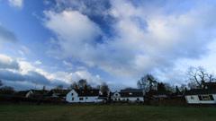 Blauwe lucht, zon en wolken om 8.35 uur #buienradar