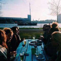 Genieten van de avond zon! ☀️#team #teamuitje #drankjes #drinken #gezelligheid #avond #zon #lente #vrolijk #praten #lol
