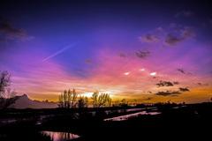 Schitterende kleuren zonsondergang 2 febr. De 3 lichten groeien enkele minuten later uit tot parelmoerwolken. #buienradar