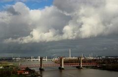 buienluchten en opklaringen lossen elkaar af om 1i.15 uur bij de bruggen in de Rijnmond, foto Update van het weer  #buienradar