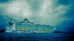 Vertrek van het grootste cruiseschip van de wereld. The harmony of the seas. #buienradar #achyutam_studio #cruiseship #cruiseschip #slechtweer #buienradar