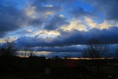 Dikke wolkenstraten aan de horizon in Maria Hoop vanmorgen maar hoog in de lucht doet het zonnetje moeite er doorheen te komen, #buienradar