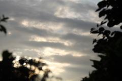 de zon probeert zijn stralen tussen de wolkenlaagjes door te laten schijnen 29-6 6:30 uur #buienradar