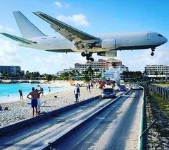 Yessss, off too St. Maarten✈️☀️#vliegtuig #landing😱 #eiland #stmaarten #genieten #zomer #zon #zee #strand