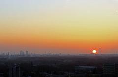 Van uit het Oosten, komt de #zon boven de horizon uit om 6.33 uur bij #Rotterdam  #buienradar