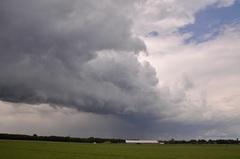 Een flinke rolwolk met hagel en regenbuien trok over Midden Limburg. #buienradar