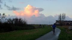 Mooi kleurende buienlucht tijdens zonsondergang. #buienradar