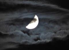 De maan tussen de wolken vanavond. #buienradar
