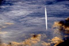 Fraaie  wolkenlucht waarin dit  vliegtuig  recht  naar  beneden komt. #buienradar