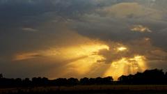 Zonnestralen schijnen door de wolken heen. #buienradar