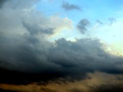 Onstabiel blijft het weer en de donkere wolken rukken weer op, #buienradar