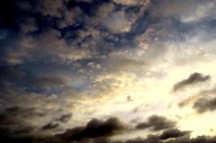 Maart  roert zijn  staart, zegt   het  spreekwoord en dat is  vandaag al  te  zien.Eerst  zwart  lucht en  nu  de  zon.  #buienradar