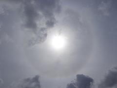 de  kring om de zonnestraal in Bewolk boven een Heemskerk #buienradar