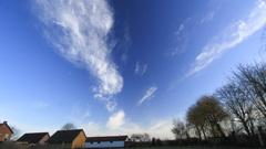 Blauwe lucht en wolken om 9.40 uur #buienradar