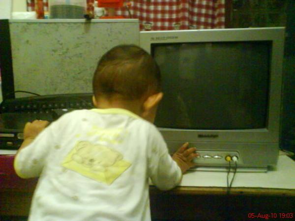 Affan menyetel TV, mau nonton Diego