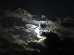 Wolken  verduisteren  de  maan op Vrijdagavond. #buienradar