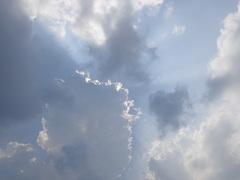 de zonnestraal en breek door in Bewolk boven een Heemskerk #buienradar