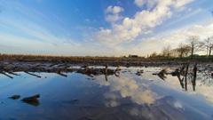 bewolking spiegelt in de plassen op het land om 09.50 uur in het rivierengebied  #buienradar
